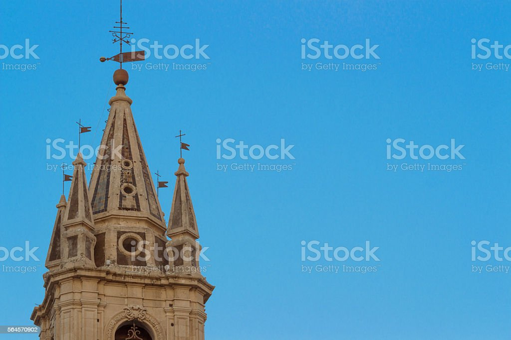 Bell tower nel cielo blu - foto stock