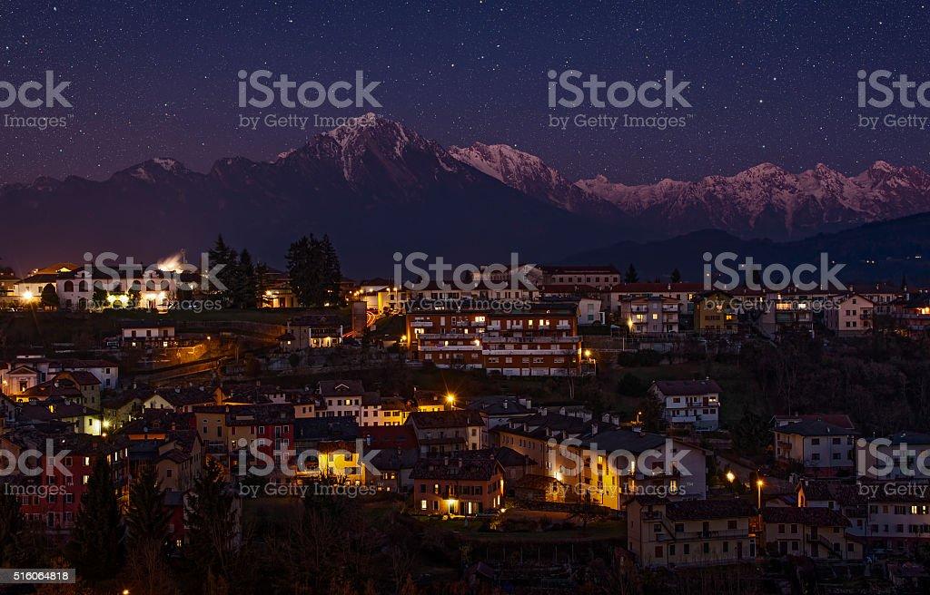 Belluno, notte città paesaggio - foto stock