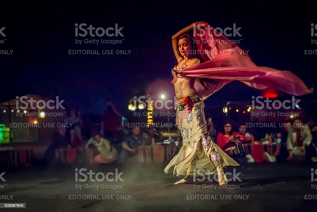 Belly dancer in action with multicolored costume – Foto