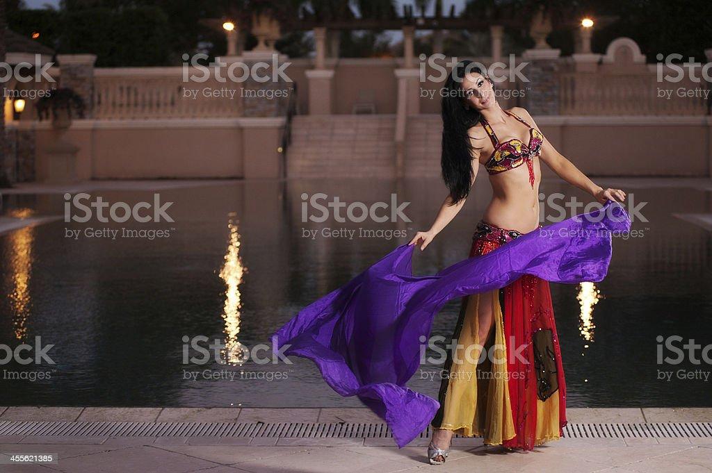 Bauchtänzerin in Rot Kostüm tanzt mit lila Schleier – Foto