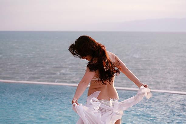 danseuse du ventre, de la piscine et la mer - femme arabe photos et images de collection