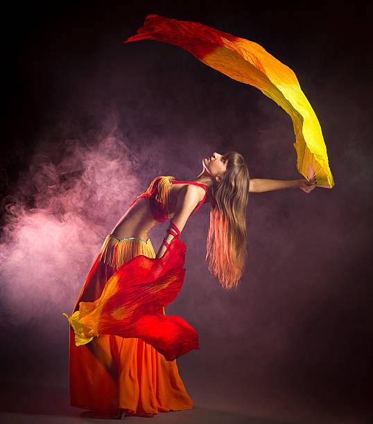 bauchtänzerin mit farbenfrohen fan schleiern - damen rock kostüme stock-fotos und bilder