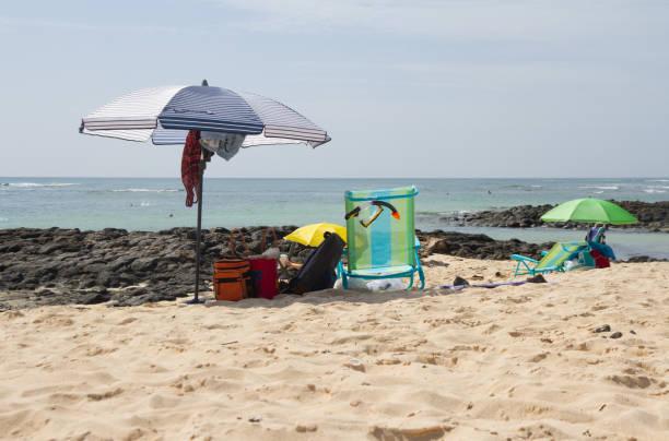 belongings left on the beach - oggetti personali foto e immagini stock