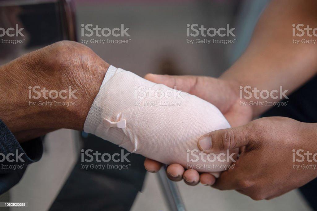 unter Knie Amputation Patienten mit elastische Bandagierung – Foto