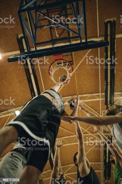 Under Beskåda Av Basketspelare Scoring Under Matchen-foton och fler bilder på Aktiv livsstil