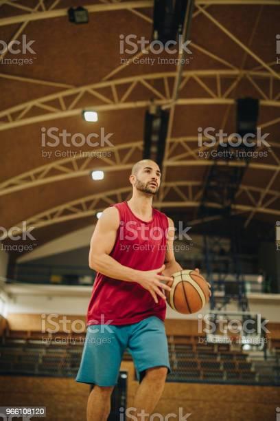 Under Beskåda Av Basketspelare Med En Boll På En Domstol-foton och fler bilder på Aktiv livsstil
