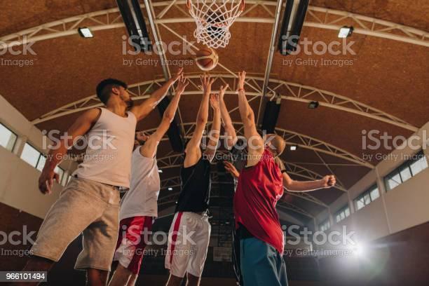Under Beskåda Av Basketspelare I Aktion På Domstolen-foton och fler bilder på Afroamerikanskt ursprung