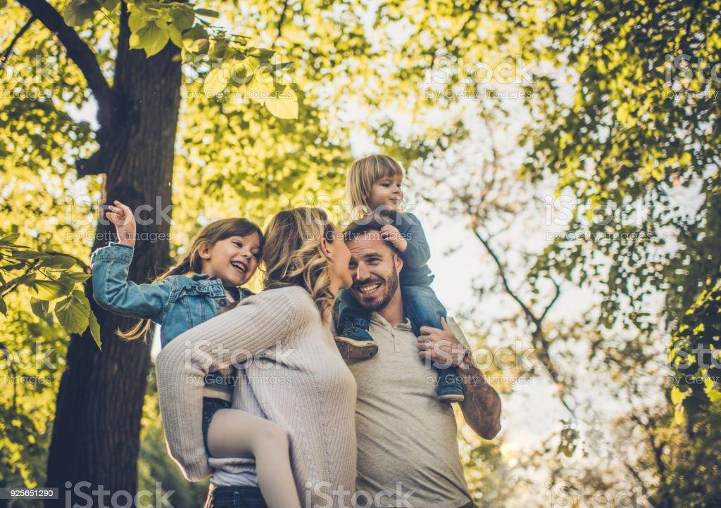 Unter Ansicht unbeschwerte Familie Spaß im Frühling. Lizenzfreies stock-foto