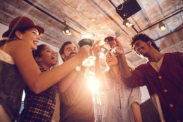 以下の陽気な人々で乾杯しましょう。 - 社内パーティ ストックフォトと画像