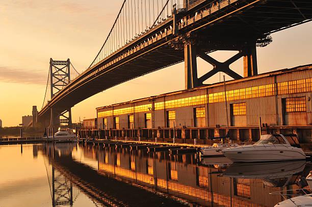 pont ben franklin et marina au lever du soleil - rivière delaware photos et images de collection