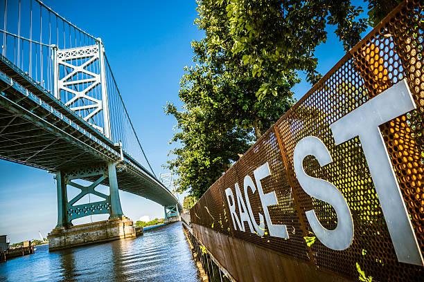 pont ben franklin de philadelphie - rivière delaware photos et images de collection