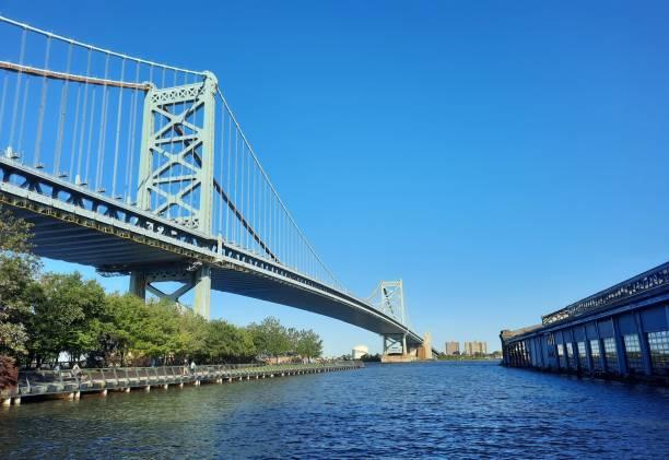 pont de ben franklin avec la rivière delaware - rivière delaware photos et images de collection