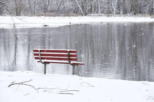 Bank und Schneefall – Foto