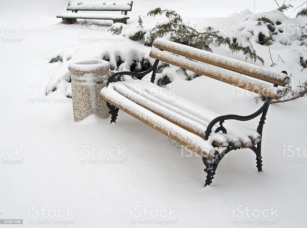 Banc et poubelle recouverte de neige photo libre de droits