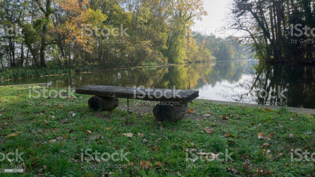 Banco, en un lago - Foto de stock de Agua libre de derechos