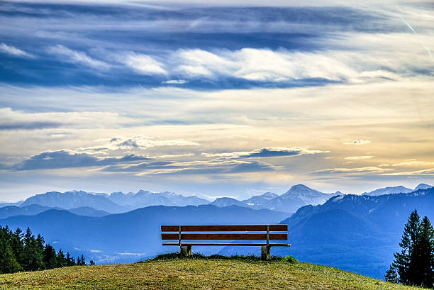 bench at a mountain - banc photos et images de collection