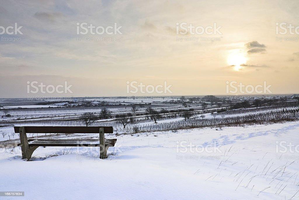 Bank im Schnee und winter Landschaft bei Sonnenuntergang – Foto