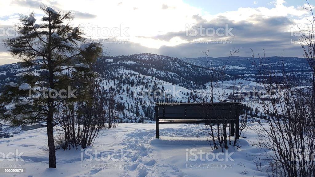 bänk inne över vintern bergen - Royaltyfri Bänk Bildbanksbilder