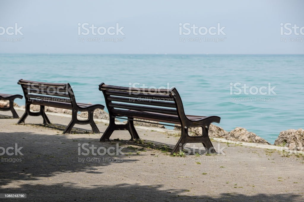 Bench on lakefront in Como Lake landscape. Bellagio Italy Europe - foto stock