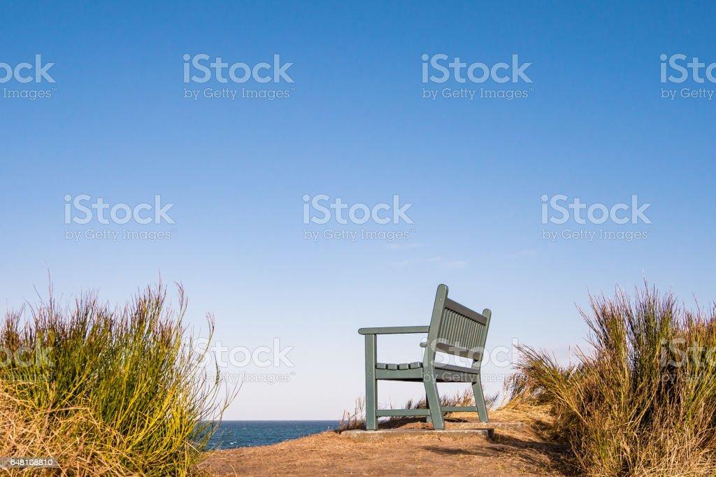 Eine Bank am Ufer der Ostsee – Foto