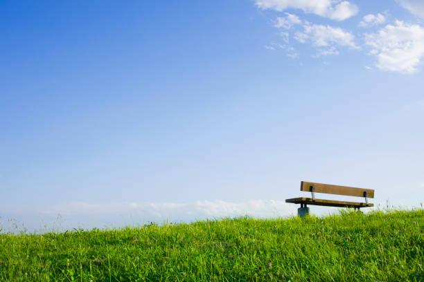 丘の上のベンチ澄んだ空 ストックフォト