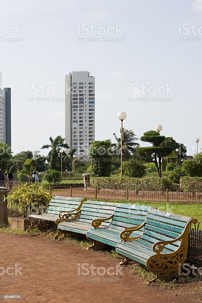Benches and a garden in mumbai royalty-free 스톡 사진