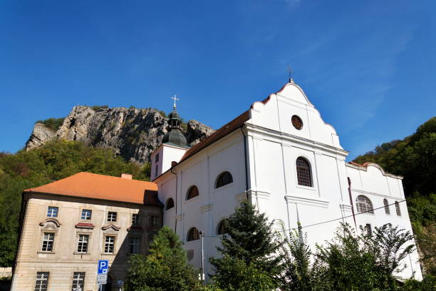 Benediktiner-Kloster in Saint John unter dem Felsen, Svaty Jan pod Skalou, Bezirk Beroun, Mittelböhmen, Tschechien, sonnigen Sommertag – Foto