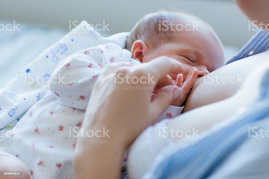 beneficios de la lactancia materna para los recién nacidos - foto de stock