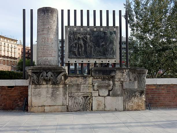 benevento - monumento a manfredi di svevia - göttliche komödie stock-fotos und bilder