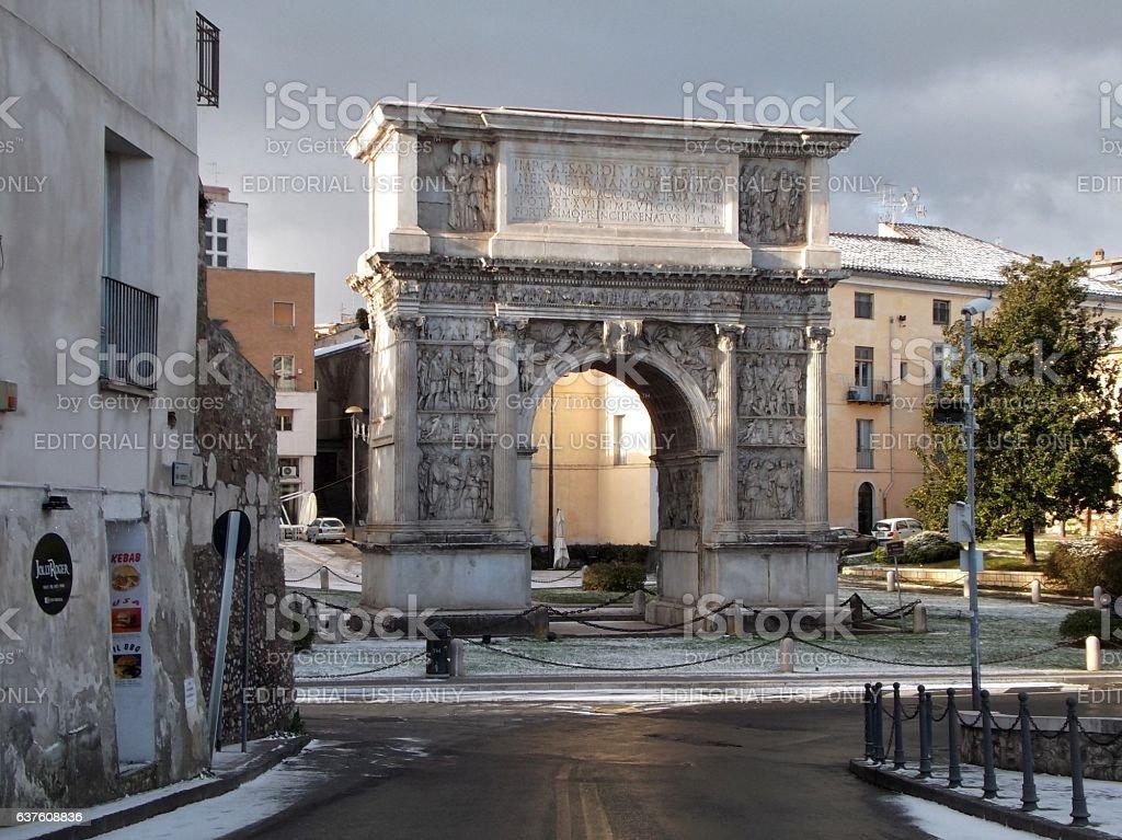 Benevento - Arco Traiano con la neve - foto stock