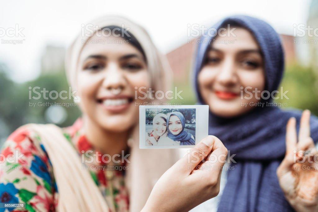 Jovens muçulmanas Bengali tomando Selfie - foto de acervo