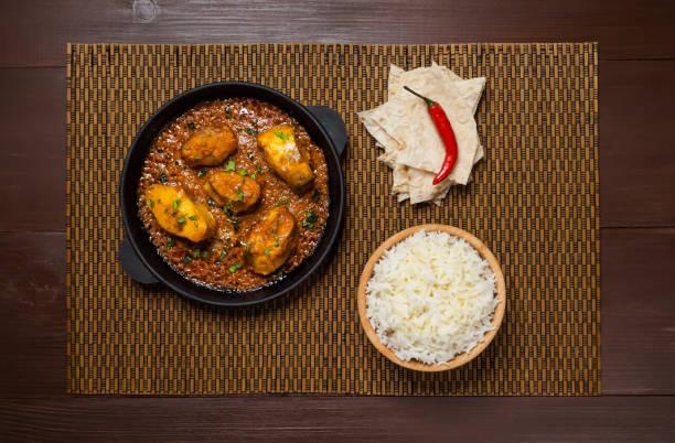 bengali senf fisch curry. fisch gekocht mit masala in senföl. - curry reis stock-fotos und bilder