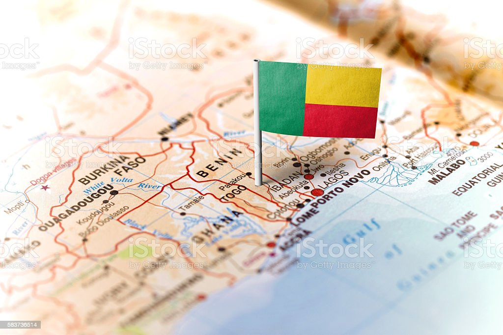 Benin pinned on the map with flag - foto de acervo