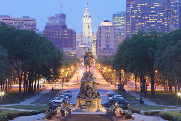 benjamin franklin parkway - philadelphia skyline - philadelphia skyline stock photos and pictures