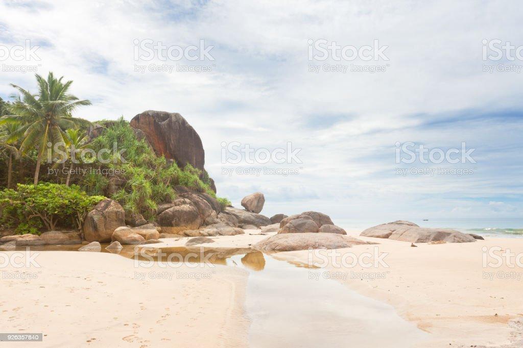 Bentota, Sri Lanka - ein kleiner Fluss vor großen Granitfelsen und Palmen – Foto
