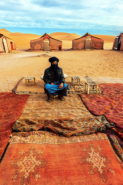 Berberowie przewodnika znajduje się na obóz treningowy w Sahara Desert – zdjęcie