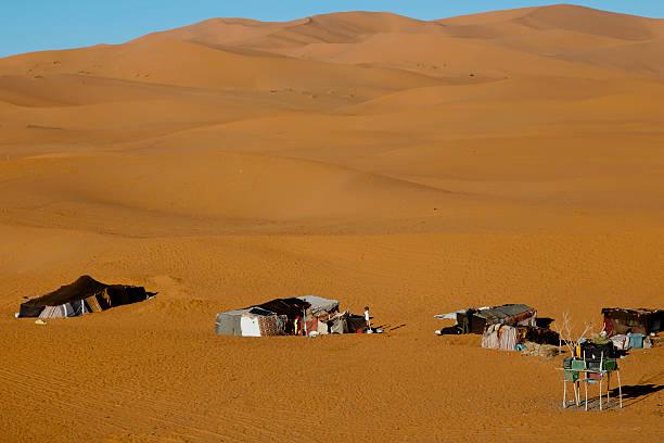 Berberowie namioty w Merzuga pustyni-Maroko – zdjęcie