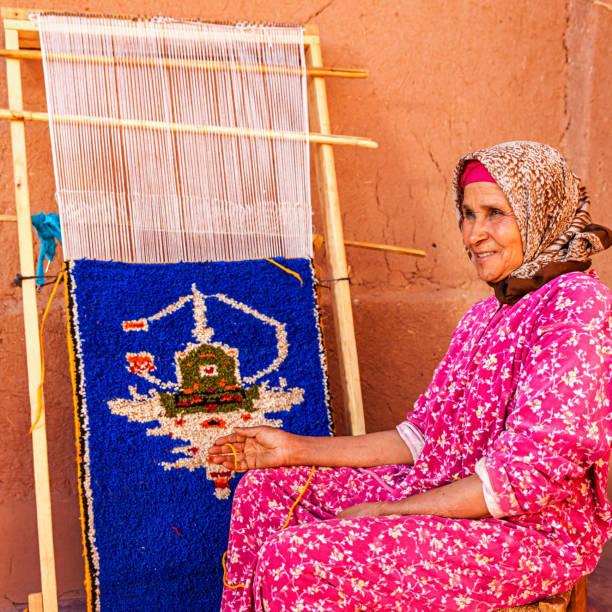 Berber woman weaving textiles, Ouarzazate, Morocco – zdjęcie