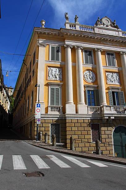 bergamo edificio in italia - rome road central view foto e immagini stock