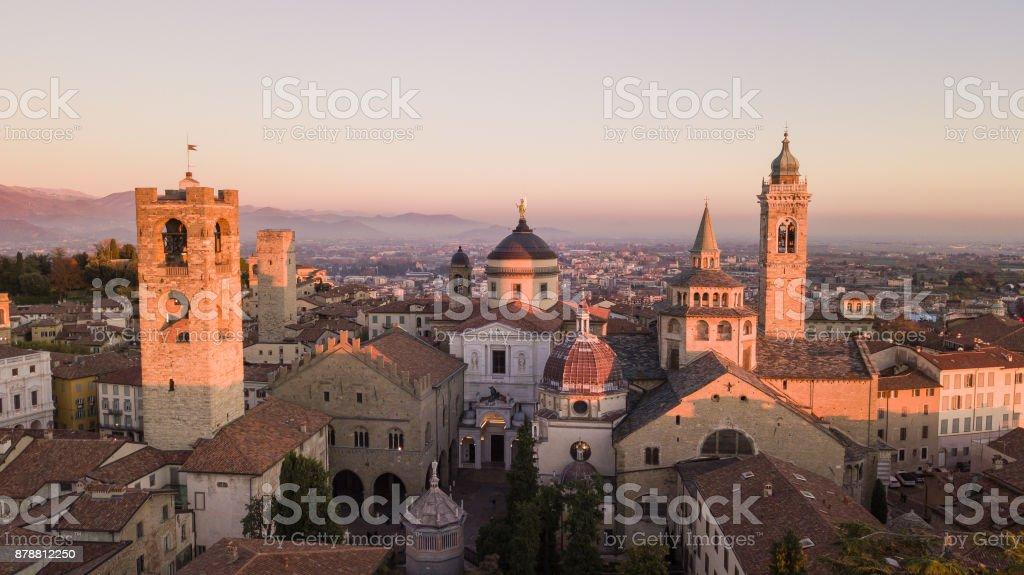 Bérgamo, Italia. Vista aérea del abejón de la vieja ciudad. Uno de la hermosa ciudad de Italia. Paisaje en el centro de la ciudad y los edificios históricos durante la puesta de sol - foto de stock
