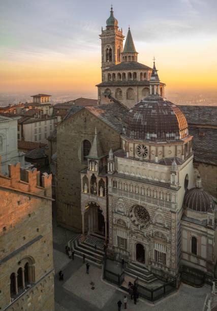 bergamo, itália. a cidade velha. vista aérea da basílica de santa maria maggiore e a capela colleoni, durante o pôr do sol - lombardia - fotografias e filmes do acervo