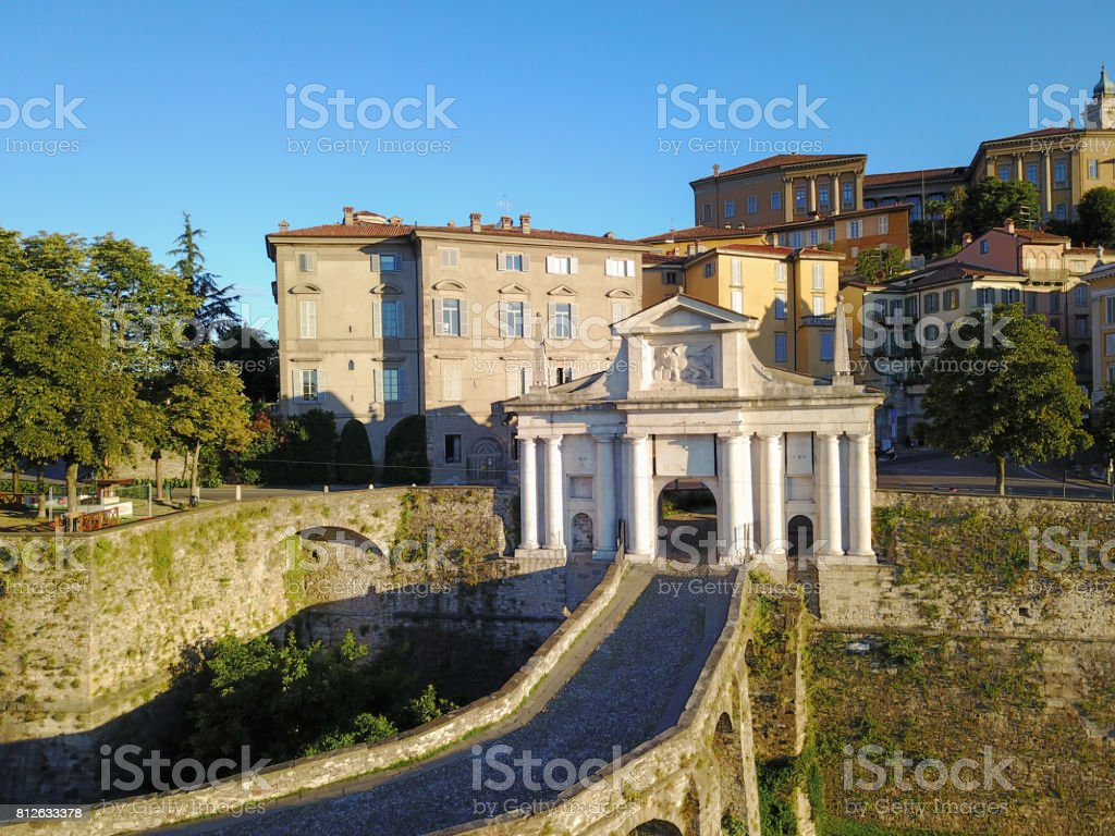 Bergamo - ciudad vieja (Città Alta). Paisaje en la antigua puerta llamada Porta San Giacomo durante un día de maravillosa blu - foto de stock
