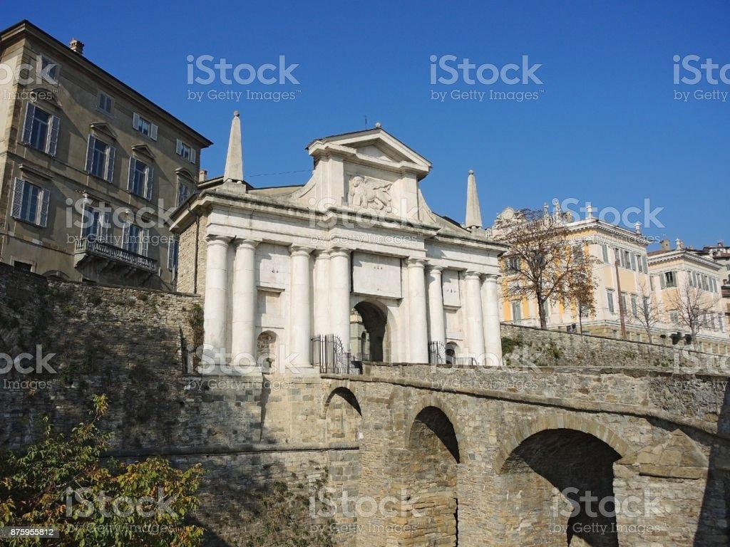 Bergamo - ciudad vieja. Uno de la hermosa ciudad de Italia. Lombardia. Paisaje en la antigua puerta llamada Porta San Giacomo - foto de stock