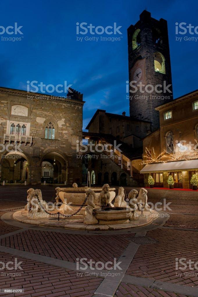 Plaza Vieja de Bérgamo al atardecer - foto de stock