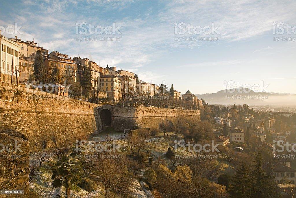 Bergamo, paredes y palacios de la parte superior de la ciudad en la mañana - foto de stock