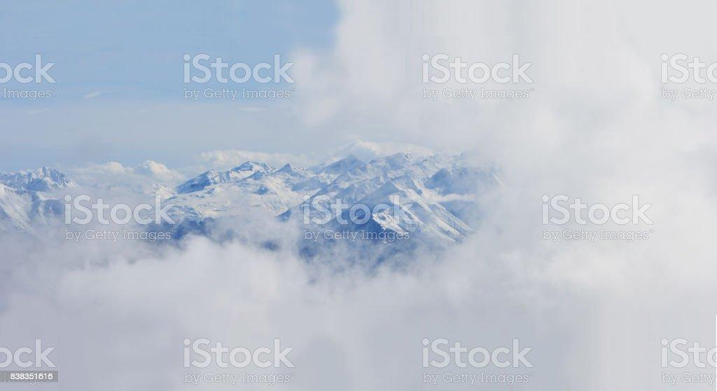 Berge umgeben von Wolken stock photo