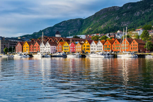 bergen, noruega. vista de edificios históricos en el muelle hanseático de bryggen en bergen, noruega. patrimonio de la humanidad - noruega fotografías e imágenes de stock