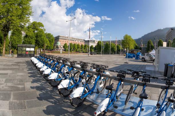 bergen mit fahrrädern in norwegen zu vermieten - fahrradhalter stock-fotos und bilder