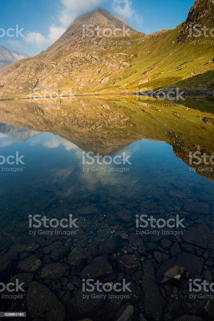 Bergspiegelung mit Steinen im Vordergrund stock photo