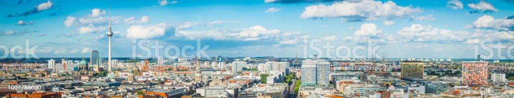 Berliner Luft Panorama über Fernsehturm Dächer und Mitte Sehenswürdigkeiten Deutschland – Foto